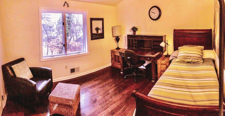 """The Tree Room"" @ Cabin with views -suburb of NYC!"