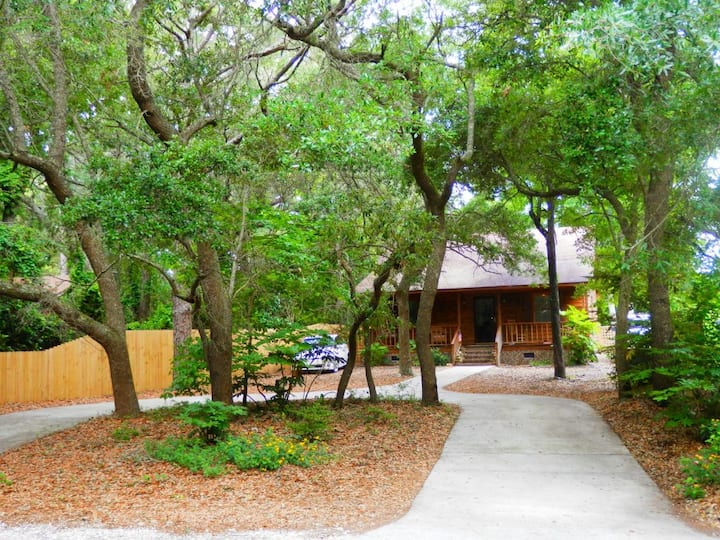 Pet Friendly 2 bed 2 bth  .7  mile to the beach!
