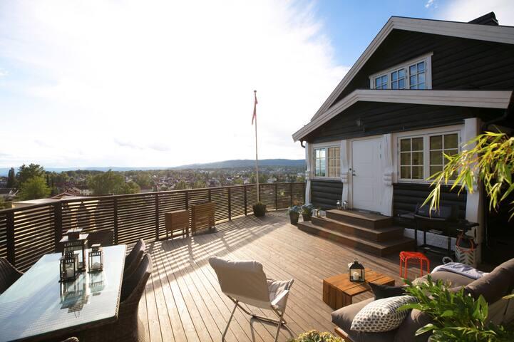 Hjemmekoselig tømmerhus med utsikt over hele byen!