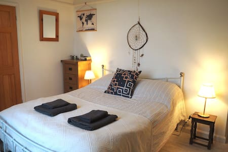 Surfers/walkers! Ensuite room in Cornish Farmhouse