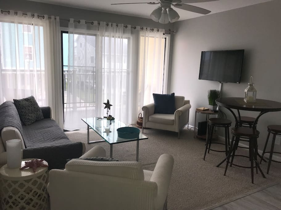 Light and Airy Living Room/Dining Room with Flatscreen TV with cable and internet