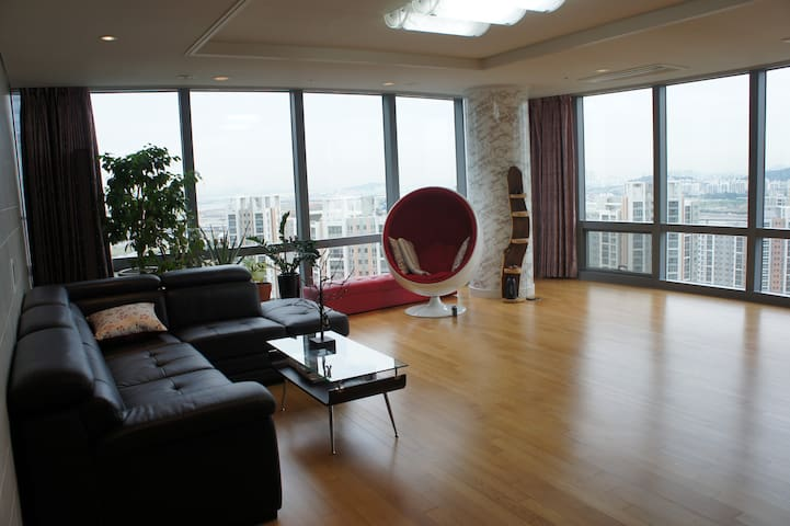 Privacy & own TV on 36th floor: Luxury apt (A)