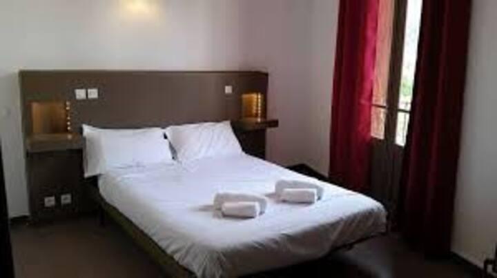 chambre double à l'hôtel des glycines