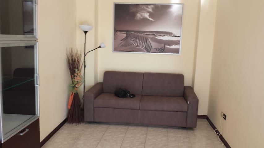 Wohnküche (ausziehbare Couch, für 2 Personen, in der WK, optisch, durch eine Seitenwand , separiert