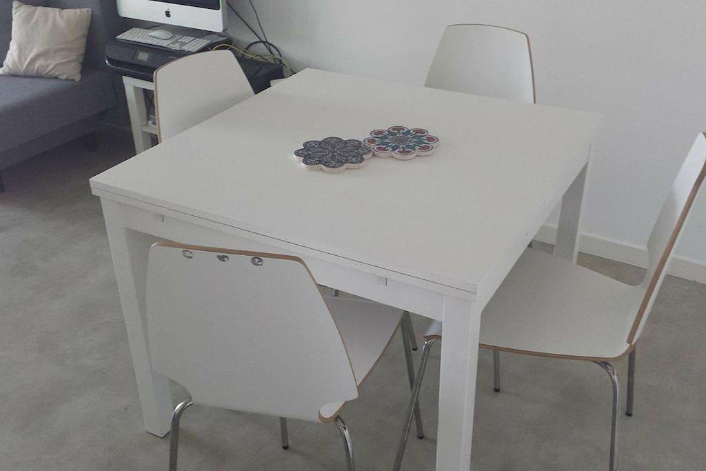 Table à manger avec rallonges (jusqu'à 1m80) - 8 pers