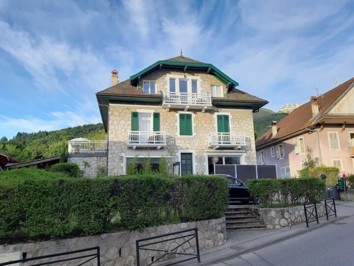 Menthon-Saint-Bernard. Appartement dans le village