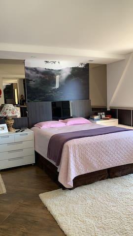 Suite principal, cama queen, com lareira e TV de led 55 polegadas