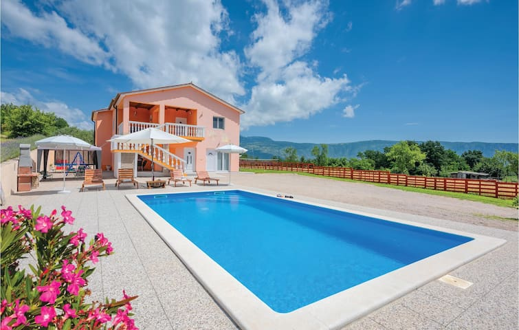 Holiday cottage with 3 bedrooms on 184m² in Podpican