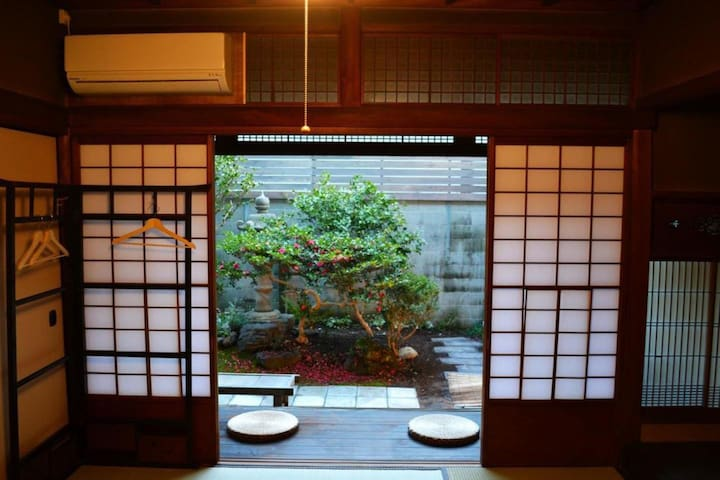 【Twin room】Enjoy a traditional townhouse near Nijo castle with 80 years of history (up to 3 guests)