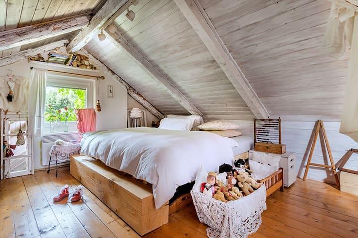 Horní patro chalupy je jedna místnost s dvěma manželskými postelem