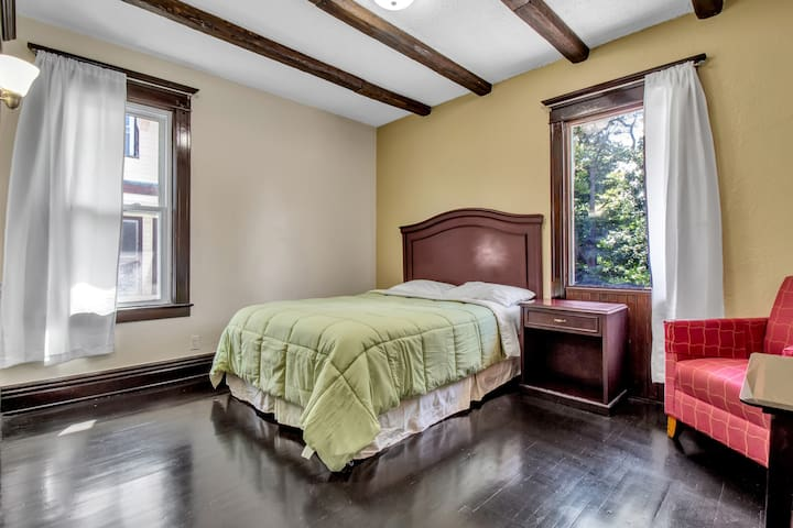 bedroom 3 with a queen size bed