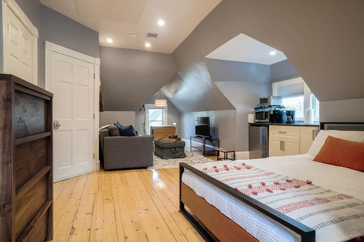 Remodeled Guest Suite w/ Roof Deck & Downtown View
