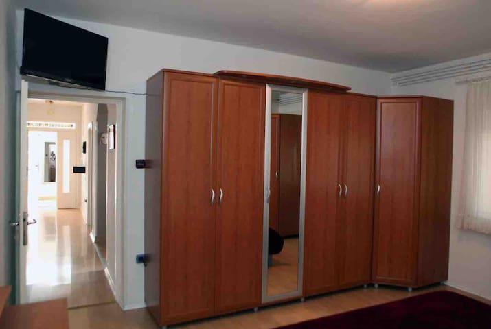 Velika komforna soba sa velikim prostranim ormarima u kojima se nalazi i dodatna posteljina.