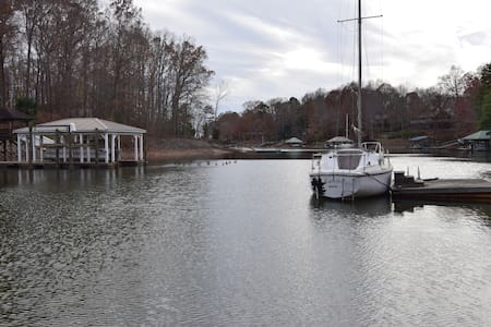 Charming, studio, right on the lake. - Mooresville