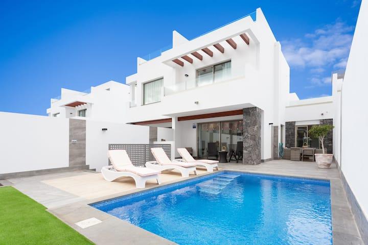 Villa de lujo con Piscina climatizada ,aire ac.