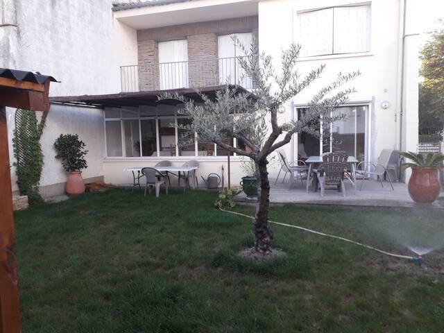 Chambre avec balcon dans maison  calme.