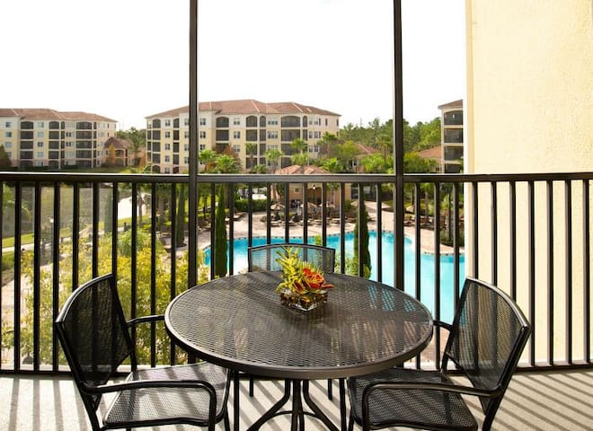 PERFECT 2BR APT! POOL, HOT-TUB, MINUTES TO PARKS