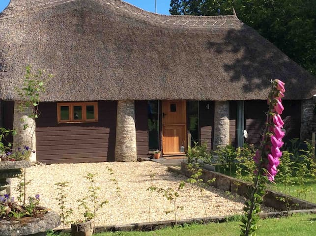 Unique thatched retreat nr Salcombe & beaches