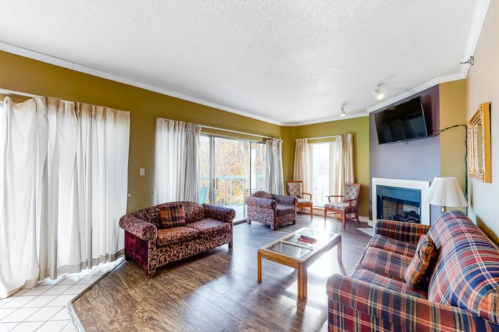 Second-floor Condo w/Private Gas Grill, W/D, Cable, Downtown Location, Fireplace