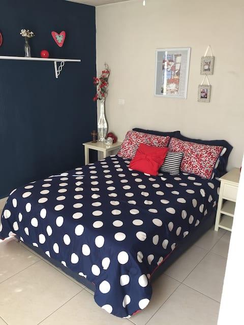 Linda habitación con balcón y detalles para ti.