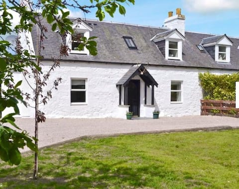 Cosy Highland Cottage with games room Nairn