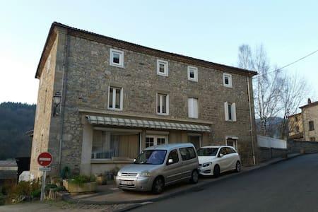 Maison familiale 15min d'Ambert - Vertolaye - Rumah