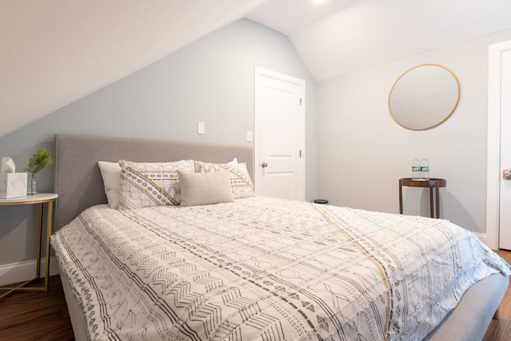 Comfortable, stylish bedroom close to NYC!