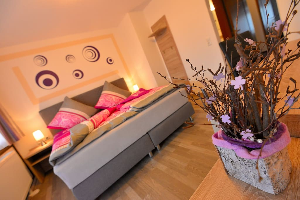 Wir bieten Ihnen unsere gemütliche Doppel- und Familienzimmer. Diejenige, die mit großem Balkon ausgestattet sind, haben einen herrlichen Blick auf das Fichtelgebirge. Machen Sie es sich bequem und fühlen Sie sich wie Zuhause.