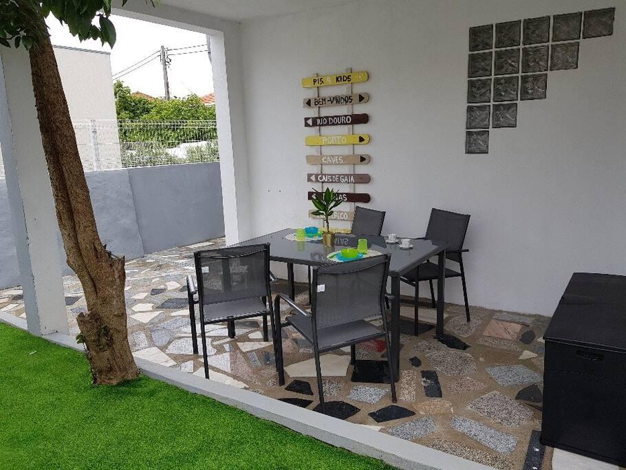 Mesa exterior para apreciar o bom tempo