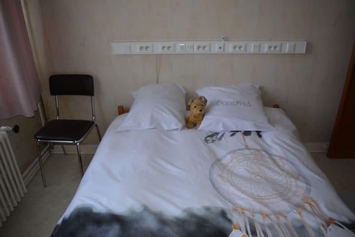 Chambre confortable à lit double