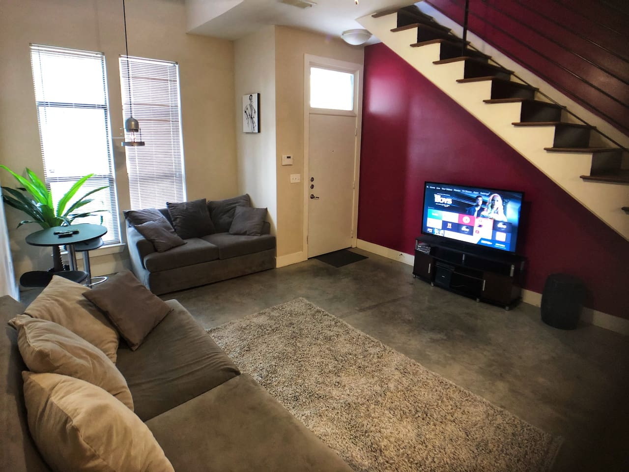 Living room w/ 50inch 4K Smart TV