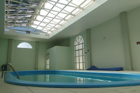 Conforto, piscina e alegria 50m do mar. Apto 415