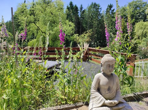 Hyggeligt værelse med charme i Wingst - her kan du køre ned, forbinde med dig selv og naturen. Vores have er klar til dig som en grøn oase. Du bor direkte på skoven og søer, floder og havet er hurtige at nå.