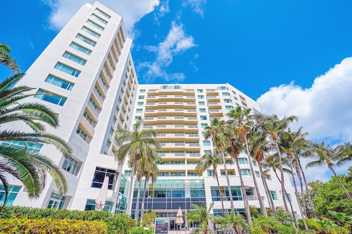 Large Suite - Walk to the Beach & Restaurants