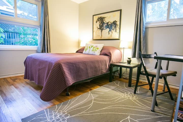 Cozy Bedroom in Home - Close to Red Line Metro