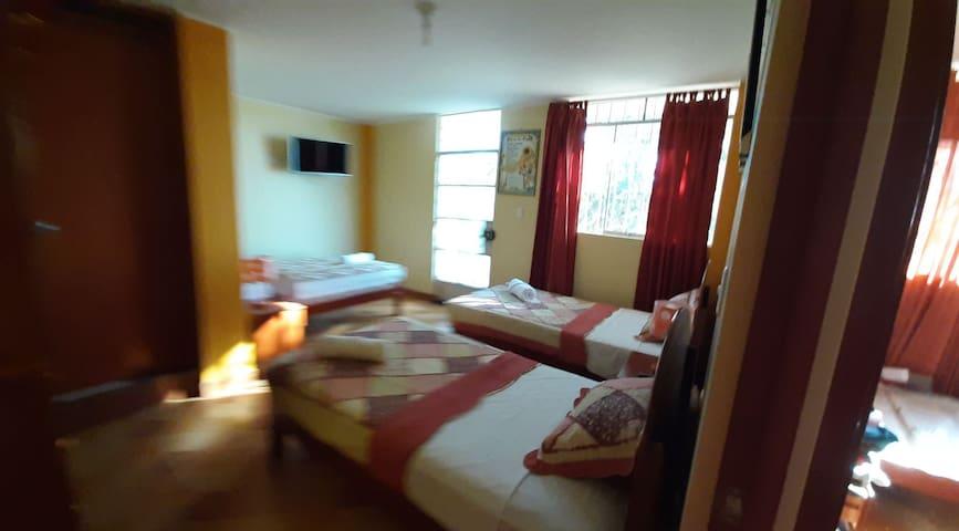 Habitación triple con baño privado +Desayuno!!