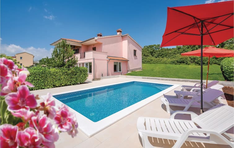 Semi-Detached with 4 bedrooms on 141m² in Labin