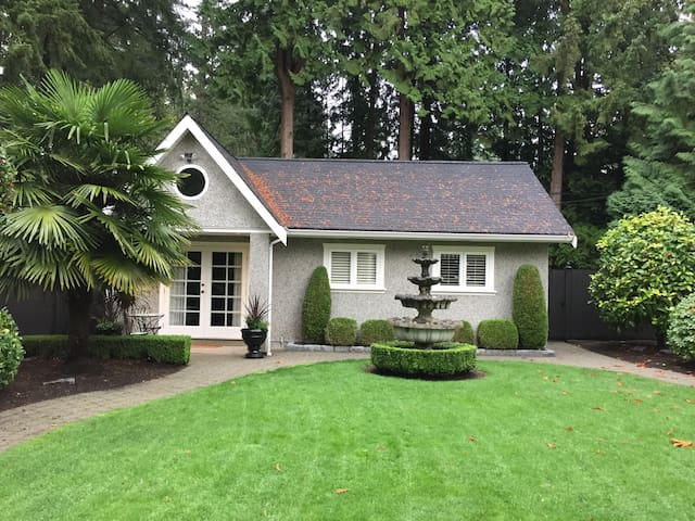 Private, lux, cottage space with high ceilings! - North Vancouver - Hus