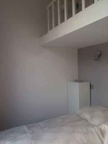 La chambre avec lit double et lit simple en mezzanine (qui ne convient pas aux enfants de moins de 6 ans). Elle est très lumineuse aussi.