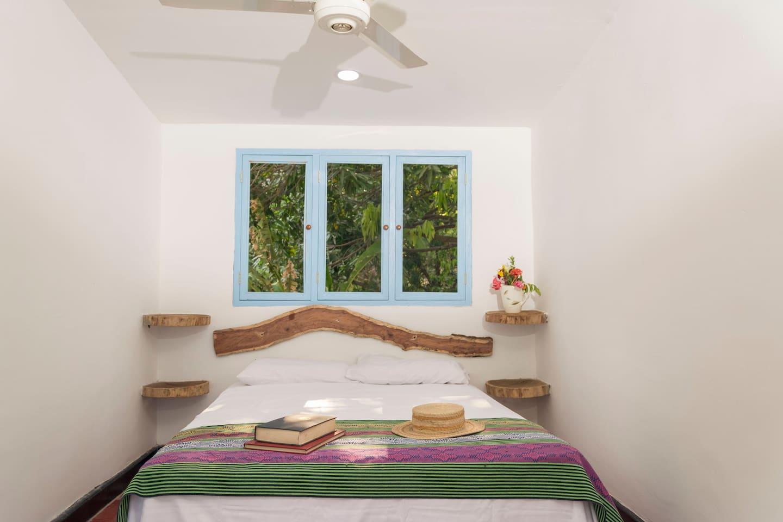 DELUXE Habitación para dos personas con cama doble,  Aire Acondicionado, Ventilador y TV;  se pueden adicionar 2 camas. Tiene baño privado.