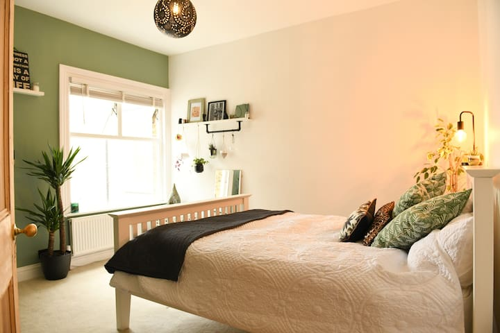 Bedroom with kingsize bed.
