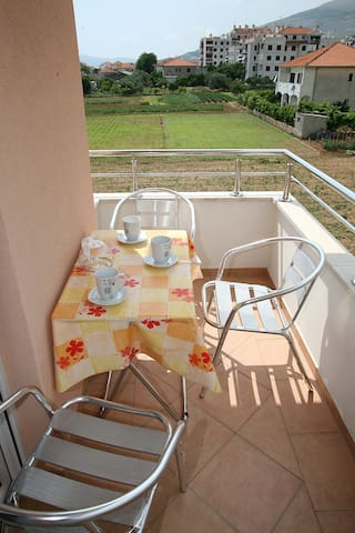 Charming double room, balcony, 5' to Trogir centre