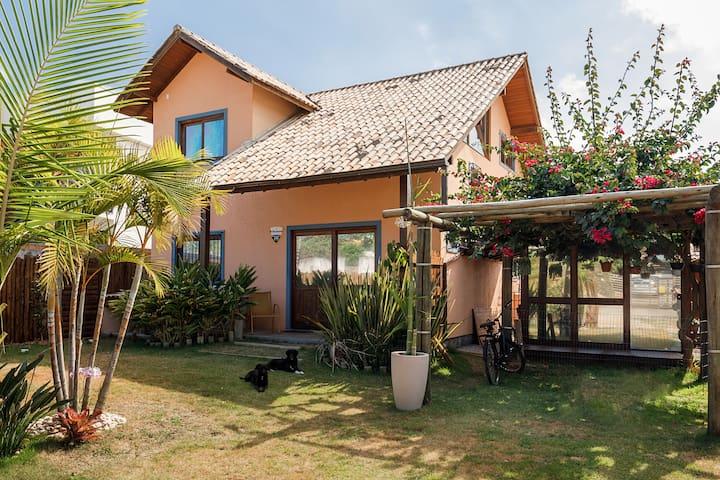 Casa ensolarada para família na praia do Campeche
