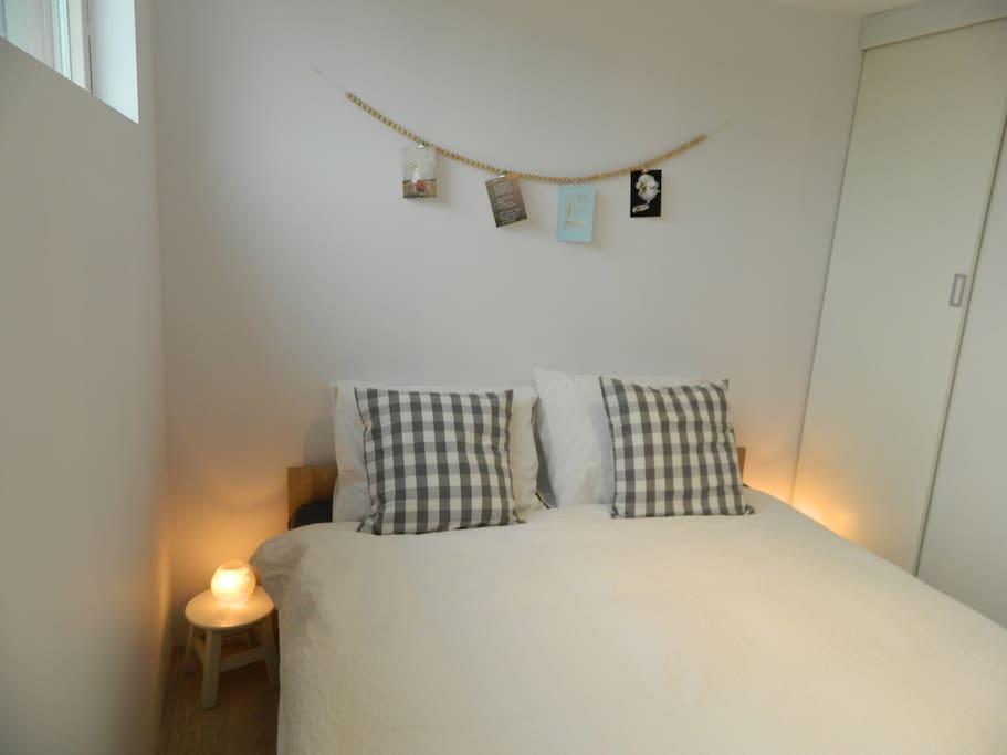 Lichte slaapkamer met 2-persoonsbed