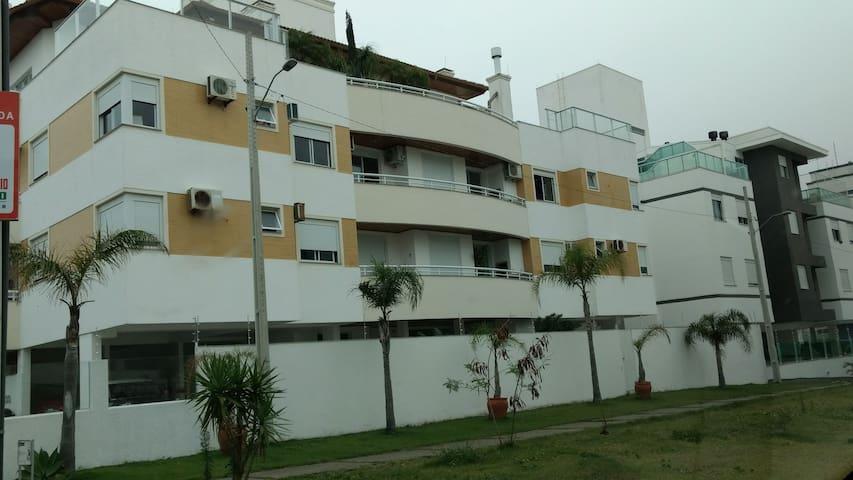 Apto a 300 mt da praia do Campeche, Floripa.