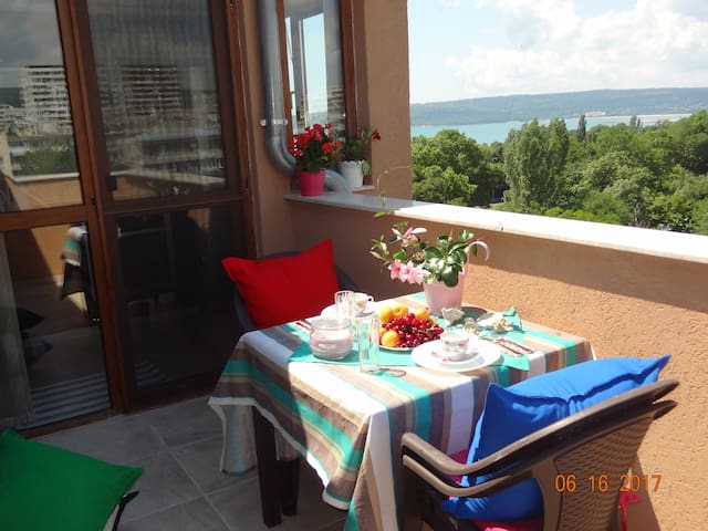 Sea view apartment in Chaika - 5 min to Sea Garden