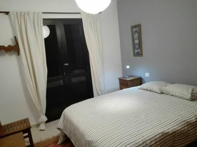 Habitacion con cama de matrimonio en Adeje.
