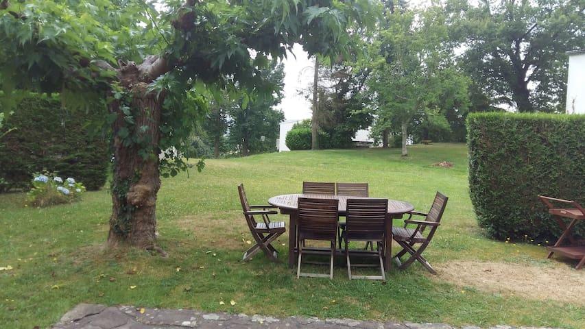 Maison dans un parc/ sunny, peacefull, in a garden