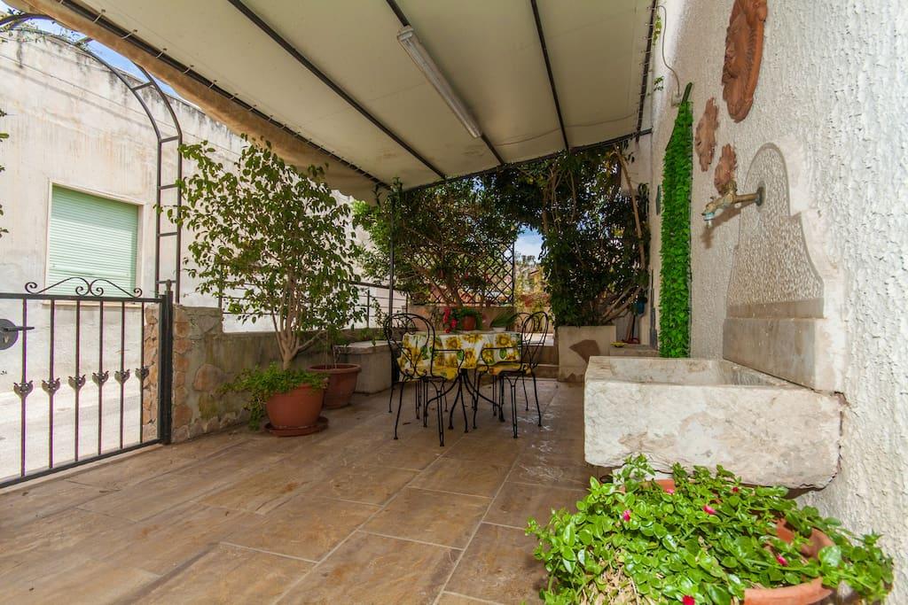 Veranda con ingresso da via Catania.