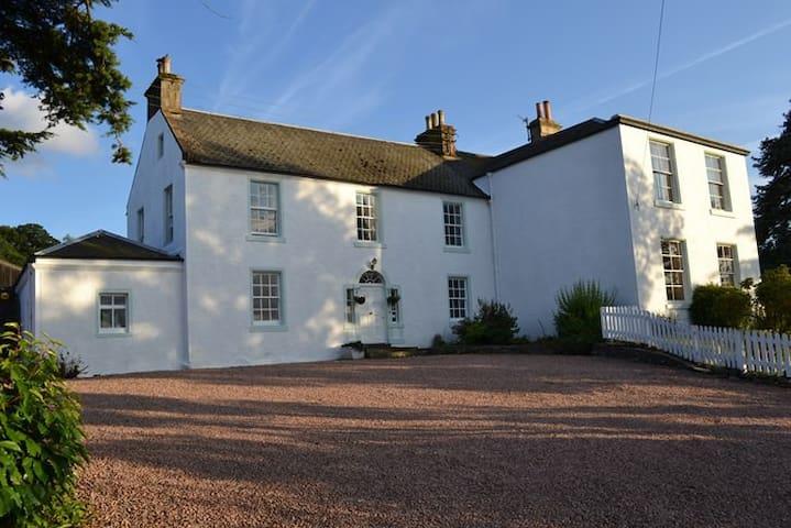 Twin/double room in farmhouse-Abernethy/Perthshire